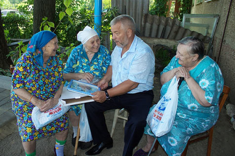 Визит Александра Жукова в Вязноватовский дом престарелых