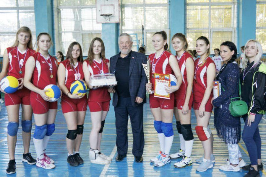 Основатель фонда «Доброта» наградил участниц памятного волейбольного турнира