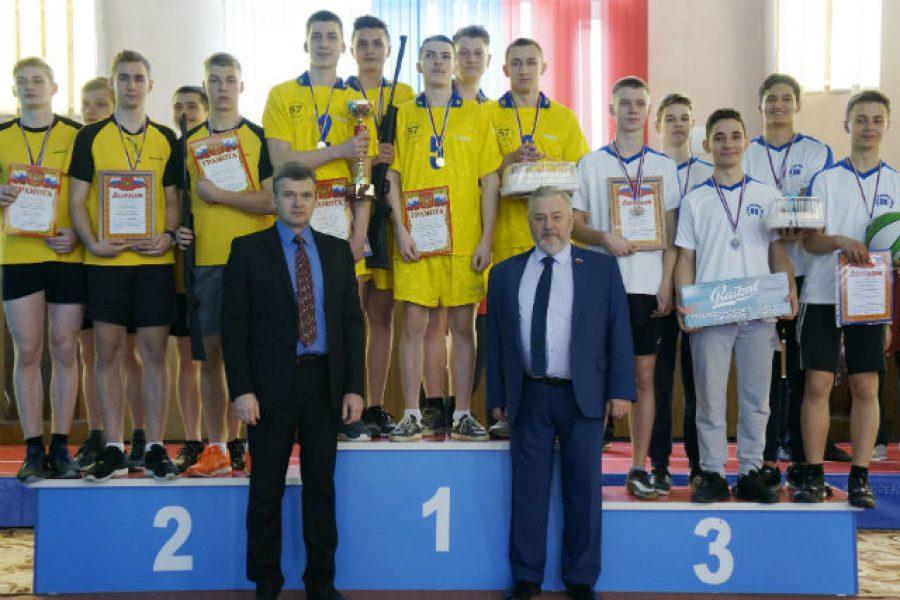 Александр Жуков наградил участников спортивного конкурса «А ну-ка, парни»