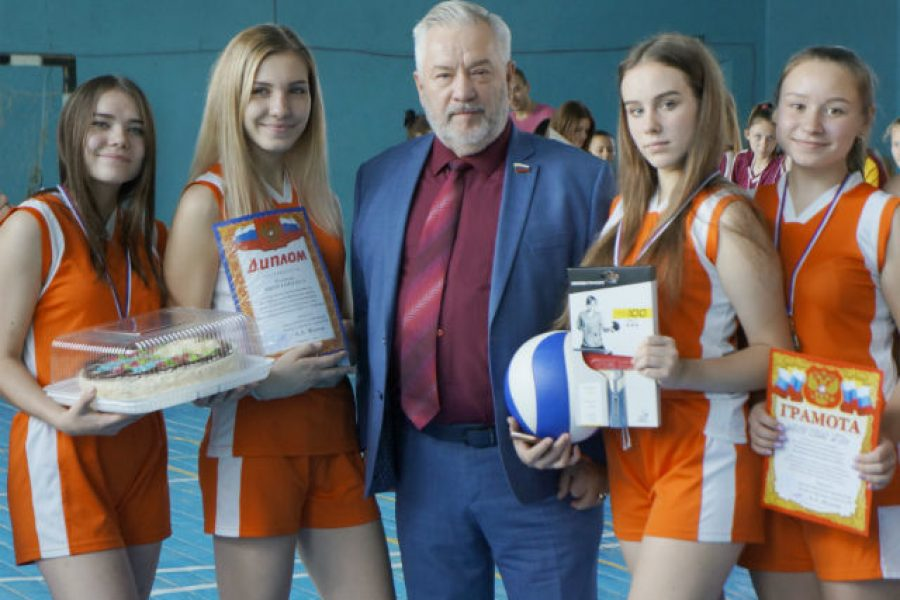 Alexander Zhukov awarded the winners of the school volleyball tournament