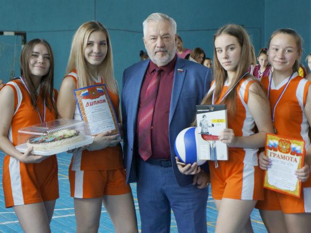 Александр Жуков наградил победительниц школьного волейбольного турнира